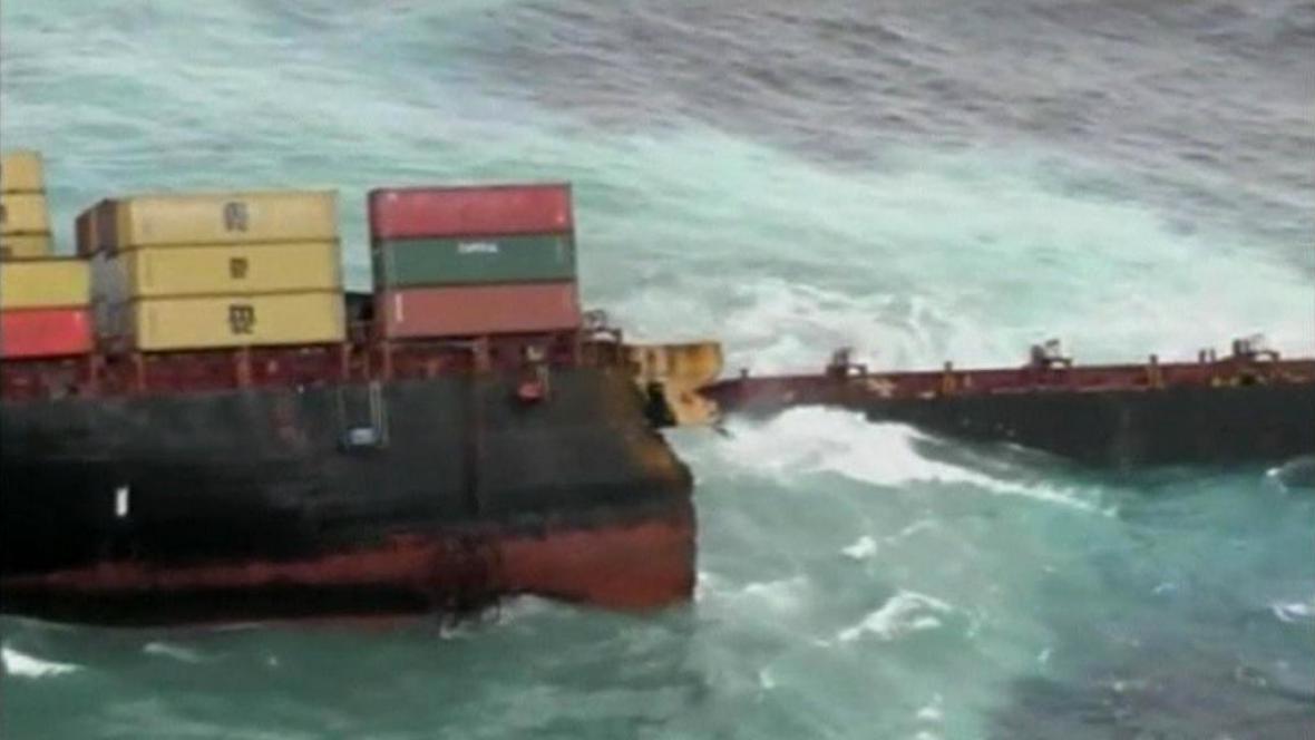 Rozlomená loď u Nového Zélandu