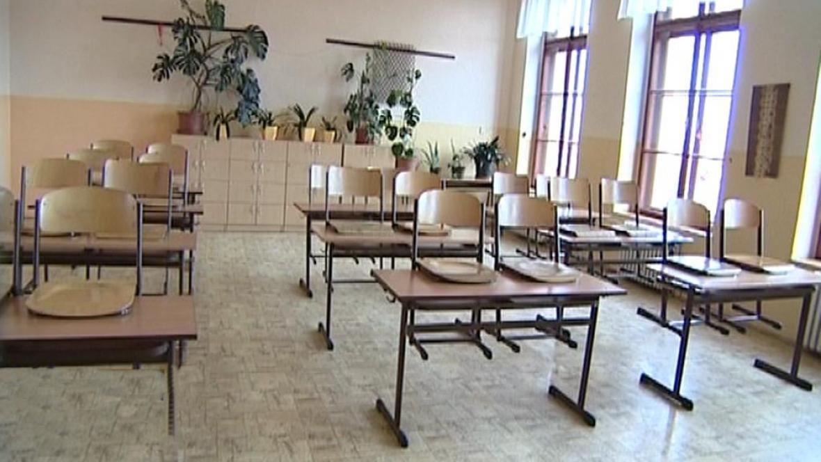 Ve třech budějovických školách se neučí kvůli nálezu azbestových vláken