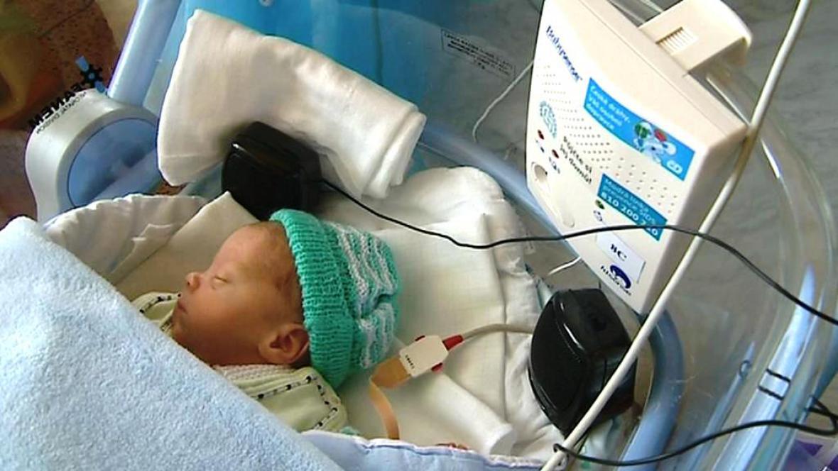 Novorozeně s reproduktory