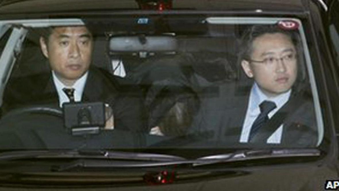Policie převáží zatčeného člena sekty (vzadu na sedadle)