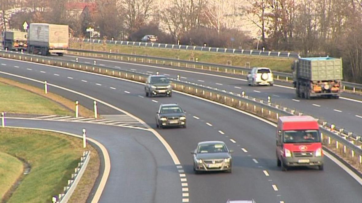 Silnice mezi Hradcem Králové a Pardubicemi