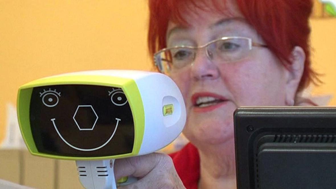Speciální přístroj pro vyšetření dětských očí