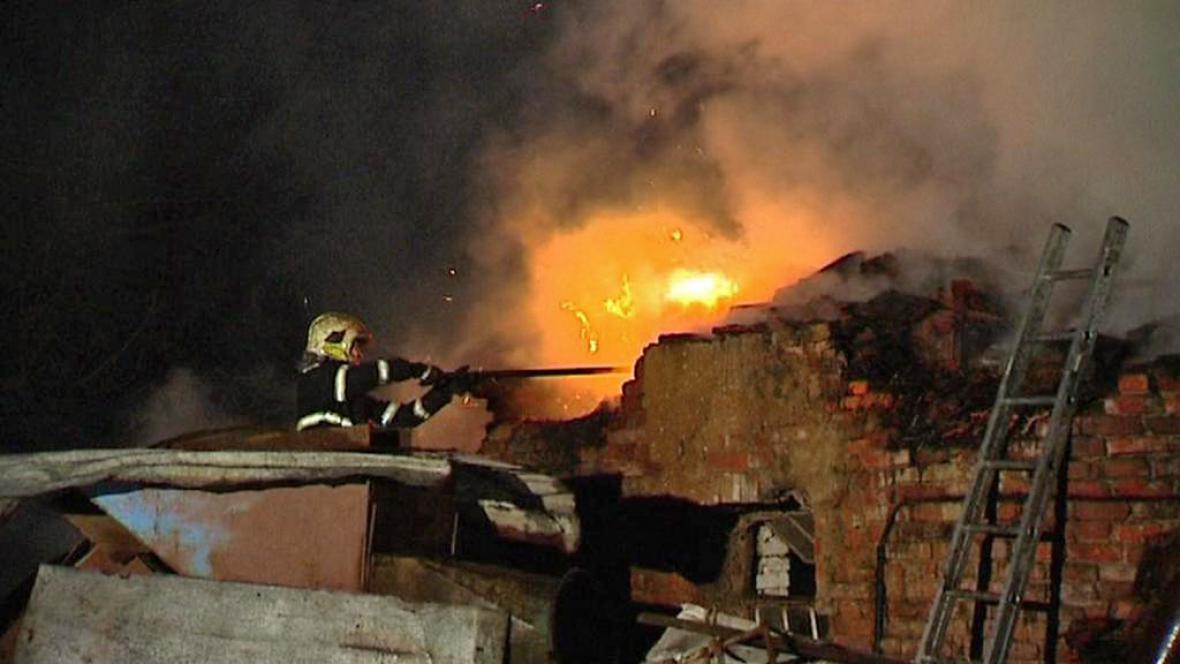Hasiči bojují s požárem v Pustějově