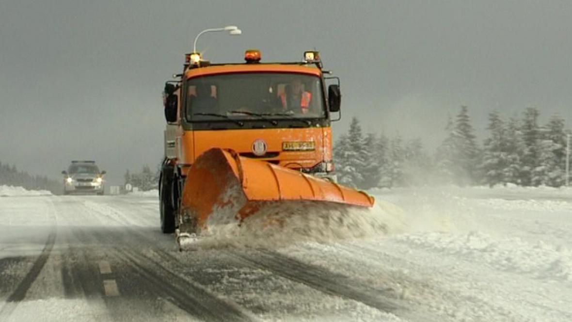 Silnice ve vyšších oblastech pokryla vrstva sněhu