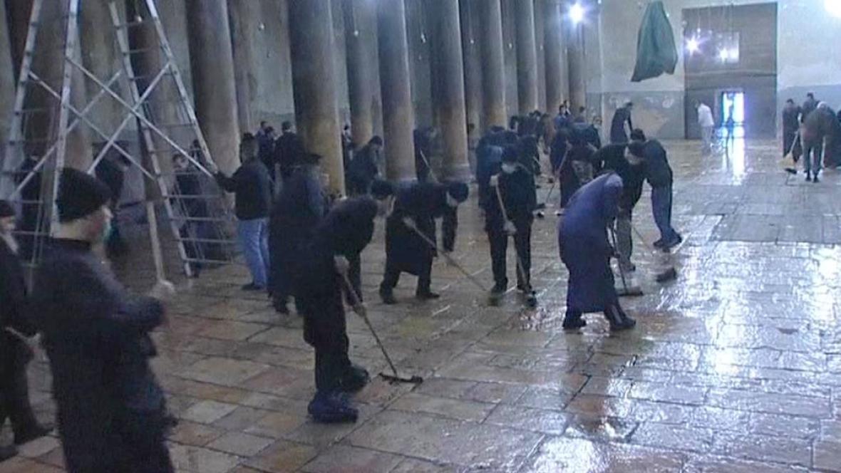 Úklid v bazilice Narození Páně