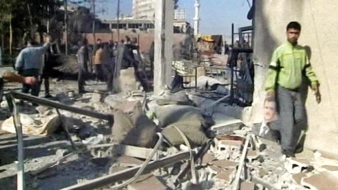 Následky sebevražedného útoku v Sýrii