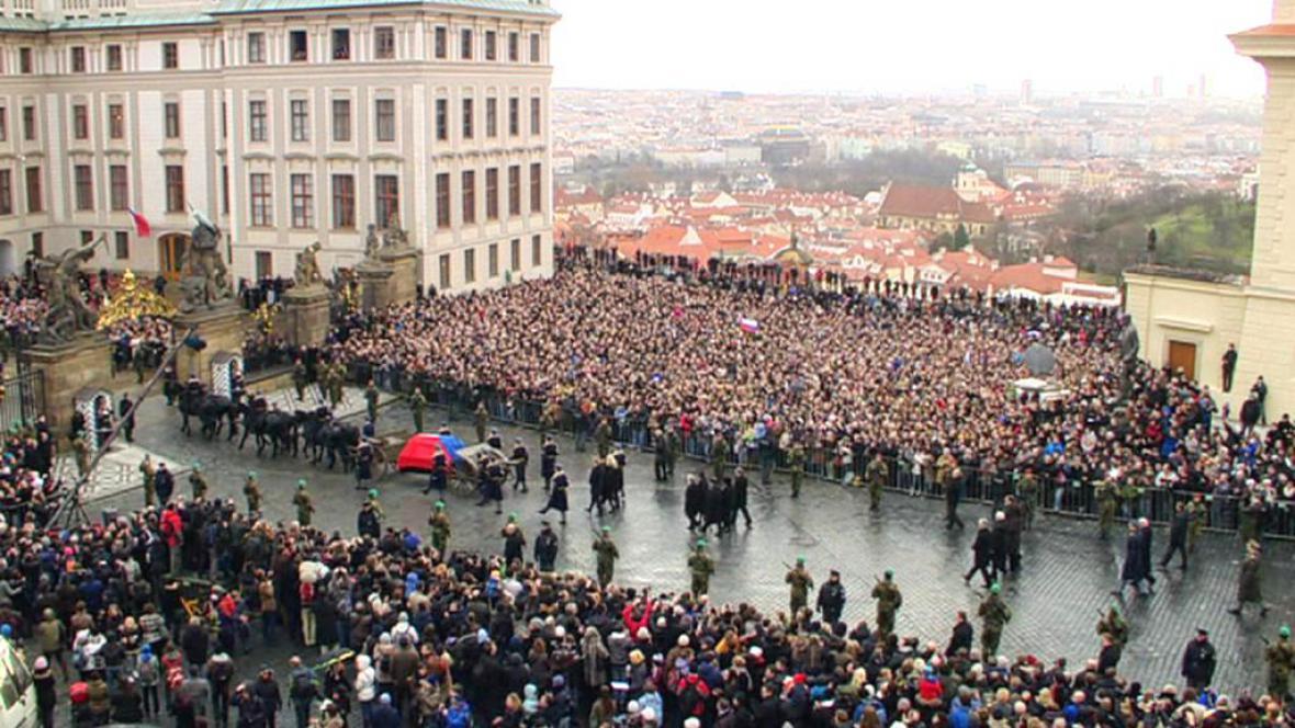 Ostatky Václava Havla na lafetě projíždí zaplněným Hradčanským náměstím