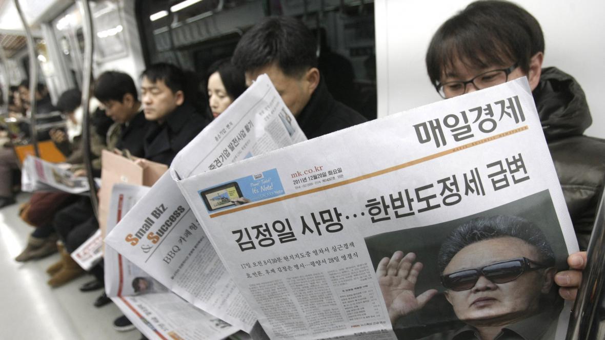 Jihokorejci si čtou v novinách o Kimově smrti