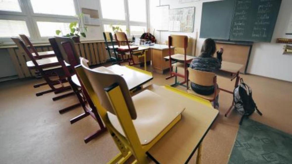 Prázdné školní lavice