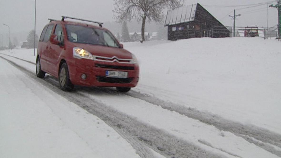 Na silnicích se opět objevil sníh