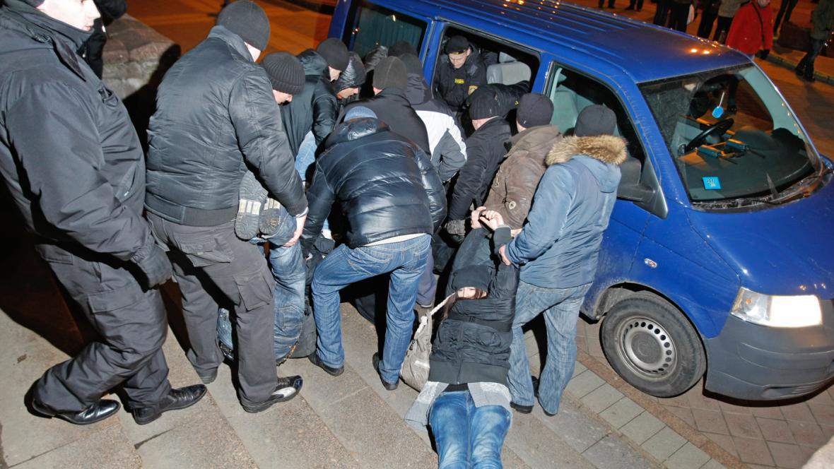 Běloruská policie zatýká demonstranty