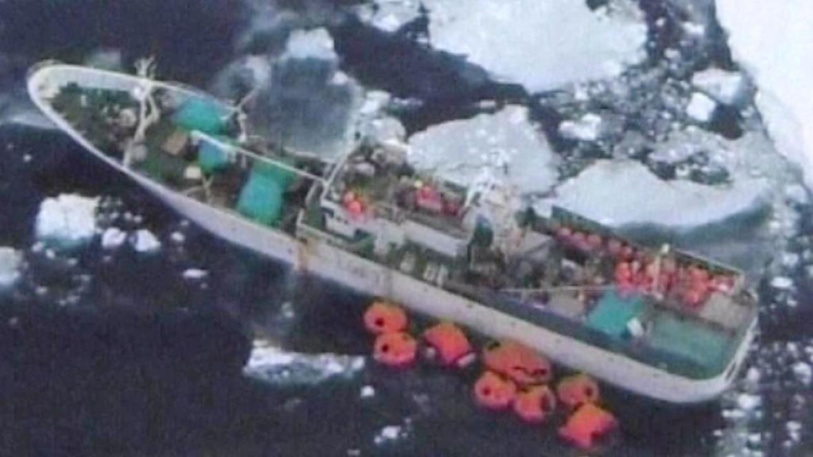 Loď Sparta uvězněná na Antarktidě