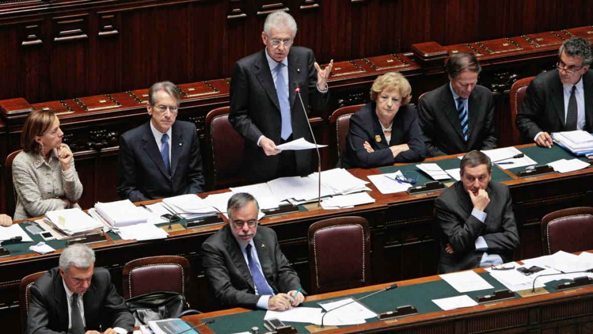Mario Monti při projevu v parlamentu