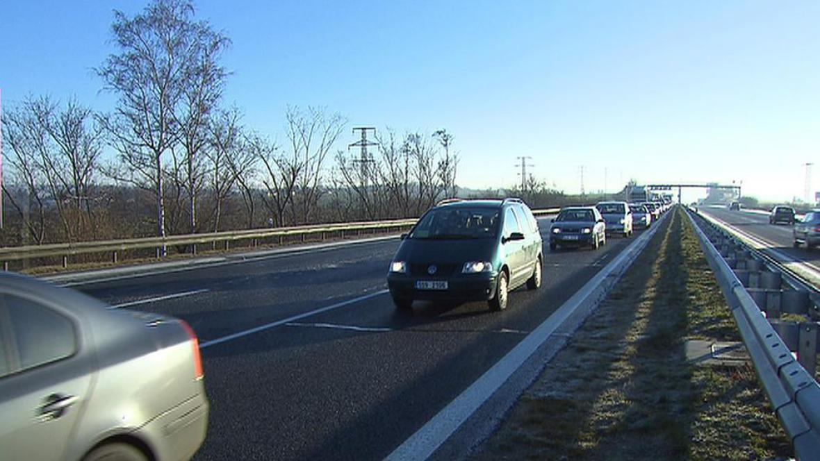 Namrzlé silnice komplikují dopravu