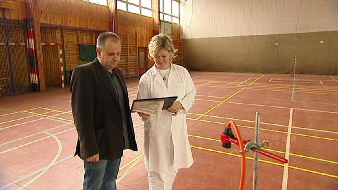 Měření azbestu v tělocvičně gymnázia v Českém Těšíně