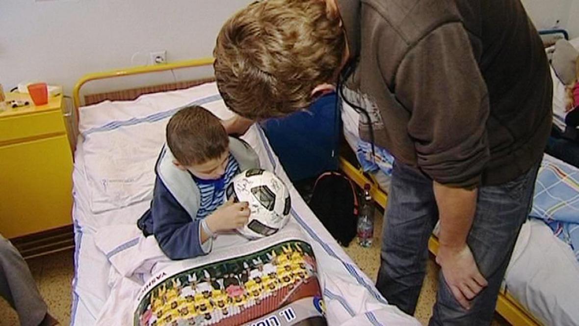 Nemocné děti dostaly dárky od sportovců