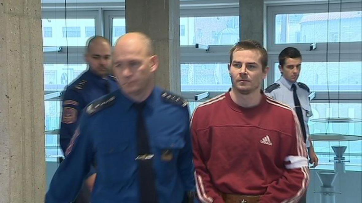 Obviněný přichází k soudu