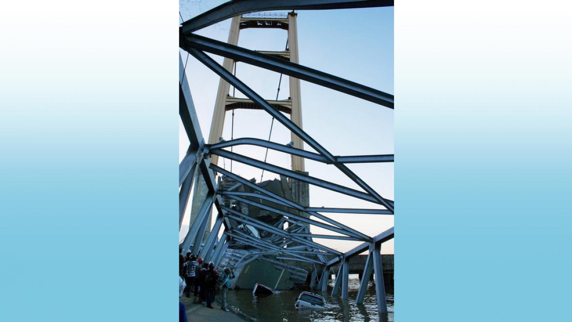 Zřícený most v Indonésii