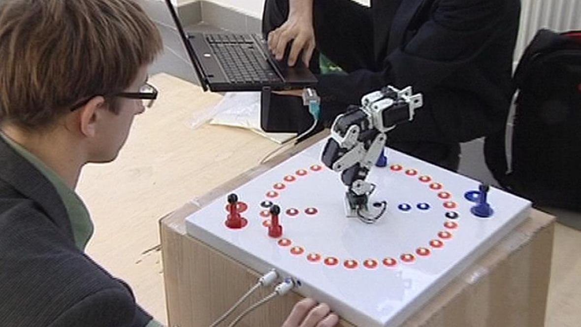 Konstruktér se svým robotem