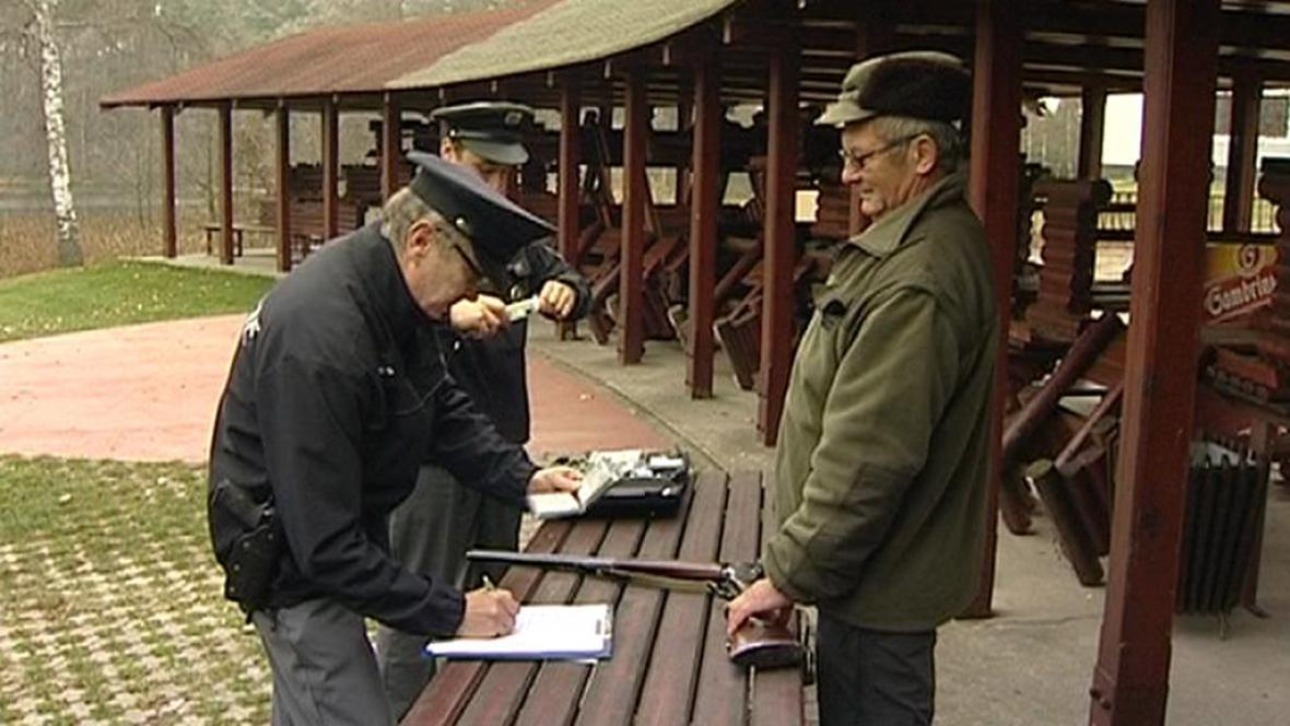 Policisté kontrolují myslivcovu zbraň