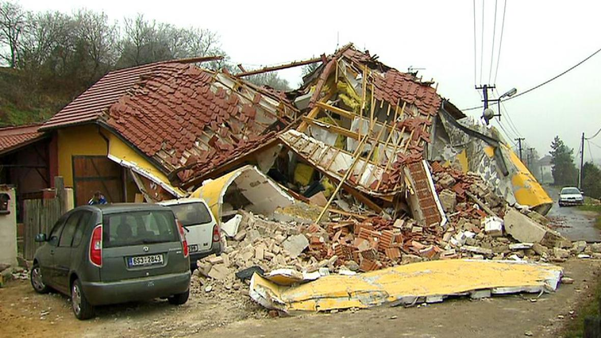 Ve Skorkově se zřítil rodinný dům