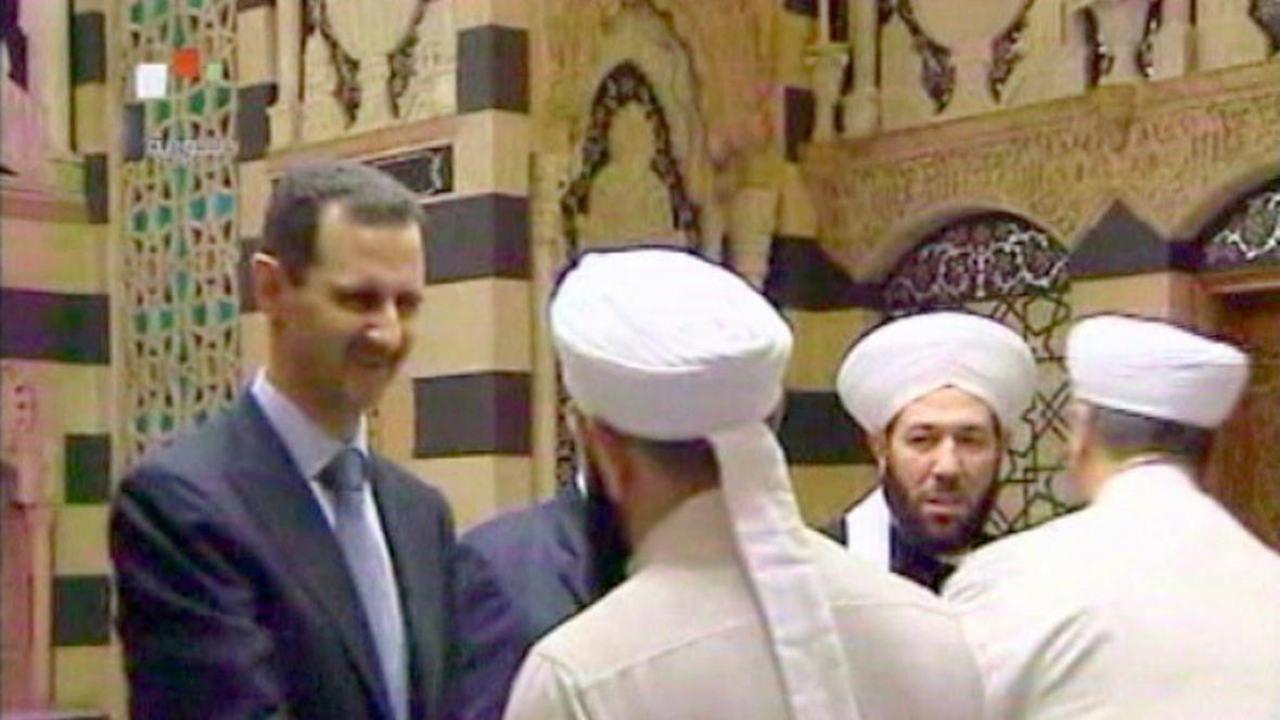 Bašár Asad (vlevo) v mešitě