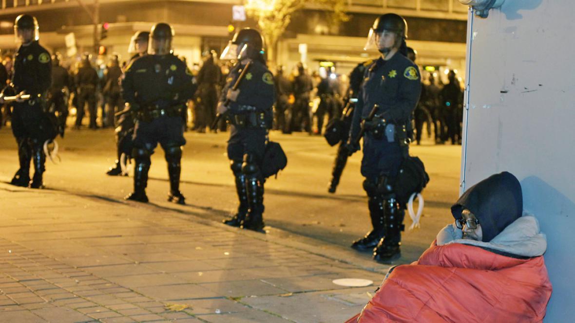 Zásah policie proti demonstrantům v Oaklandu