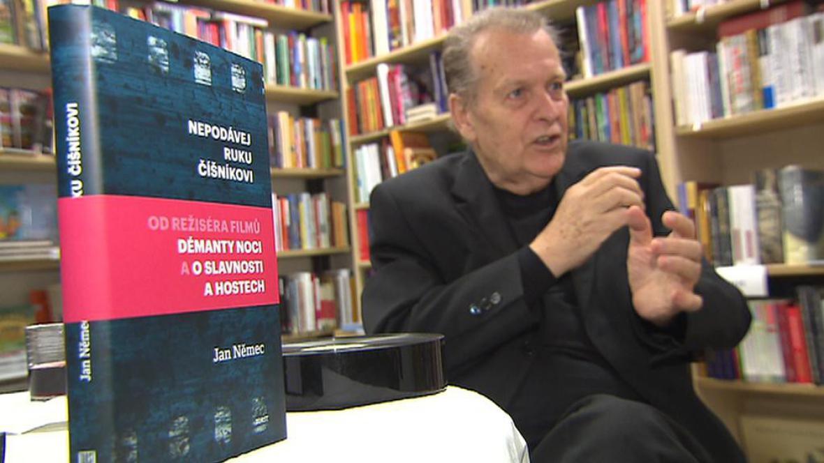 Jan Němec při autogramiádě knihy Nepodávej ruku číšníkovi