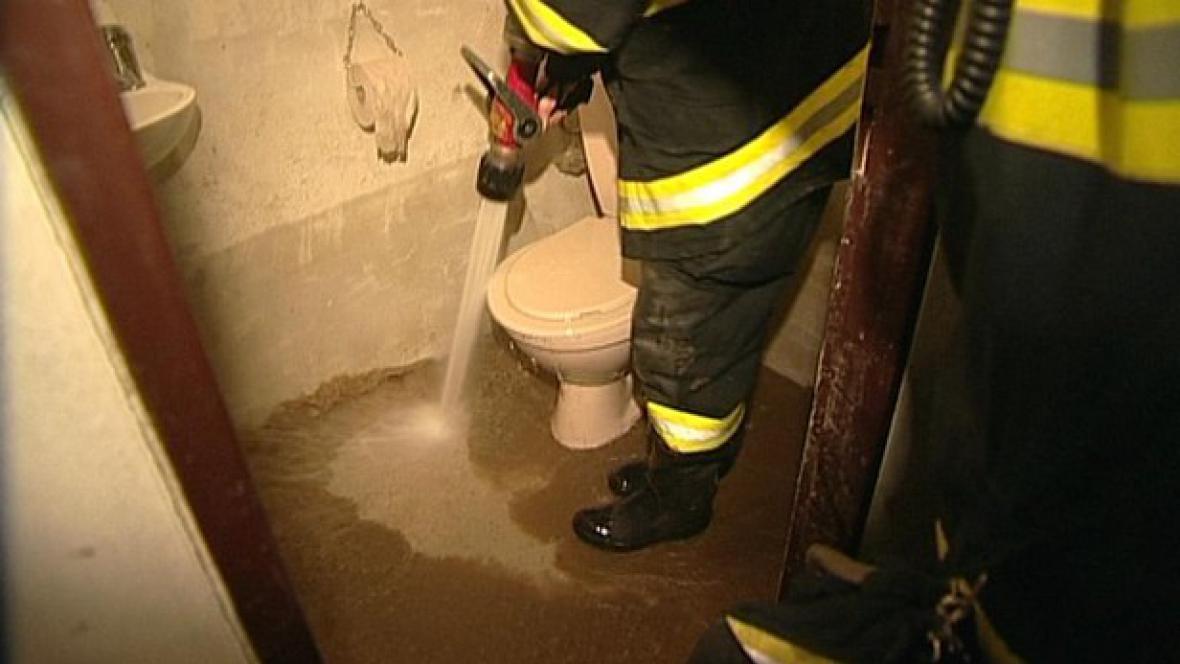Hasiči čistí zaplavený dům na Přerovsku