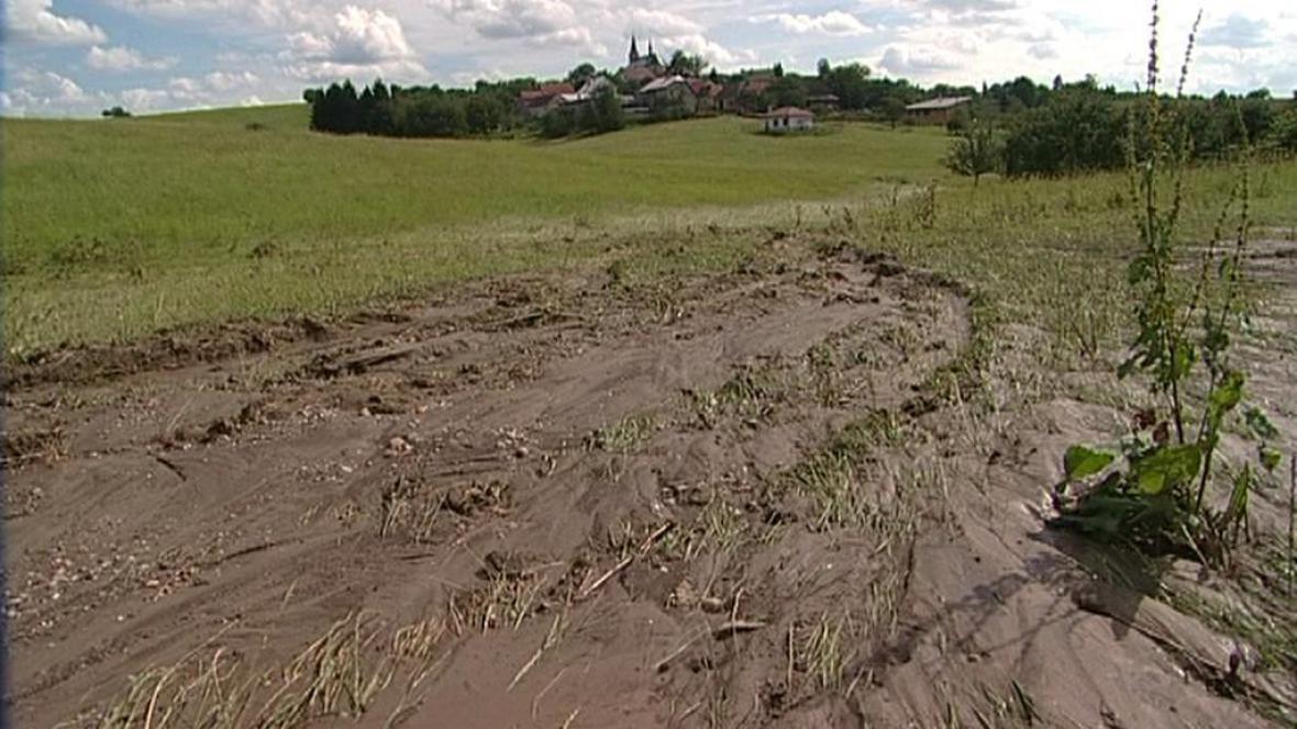 Rozbahněné pole u obce na Přerovsku