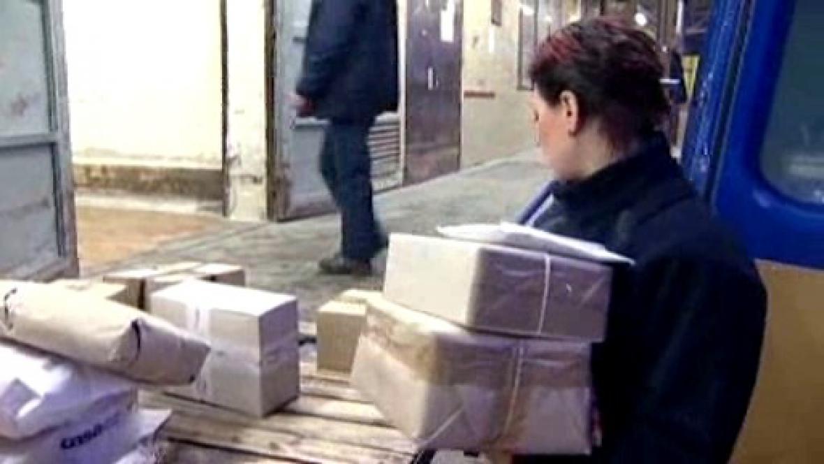 Doručovatelka s balíky