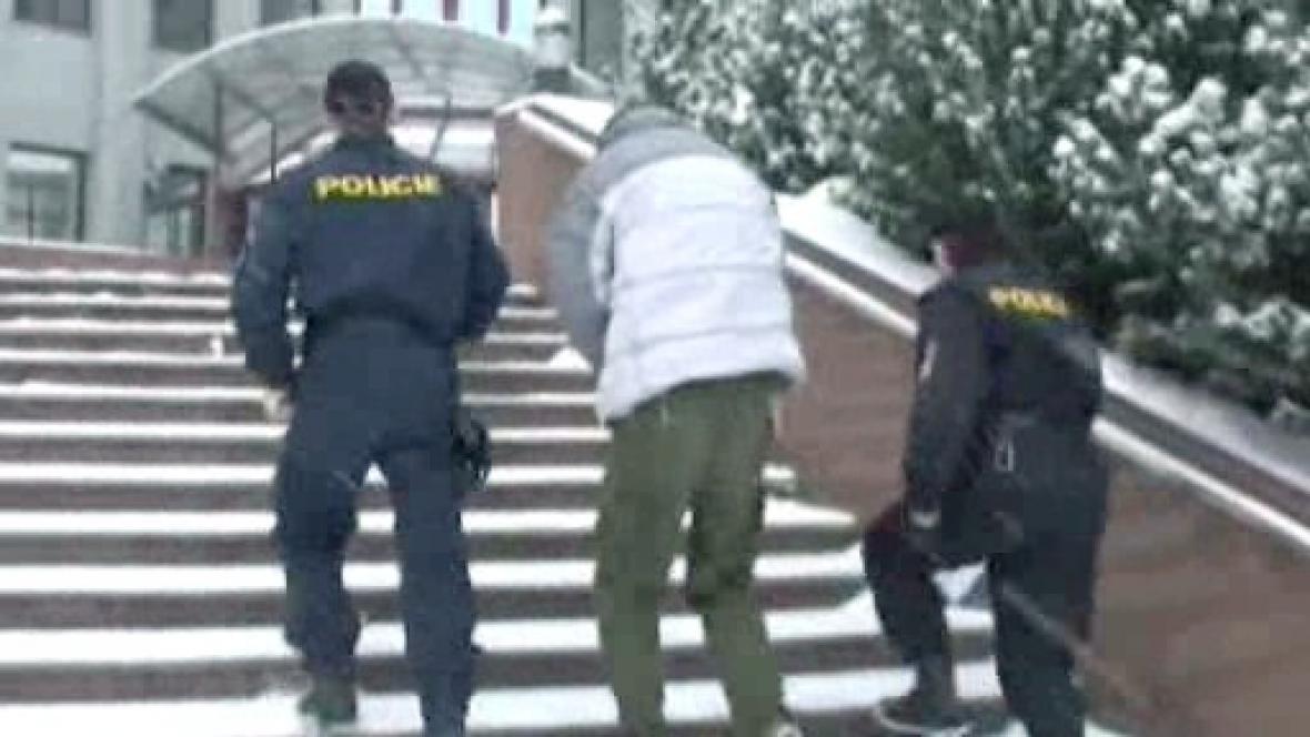 Násilník v doprovodu policistů