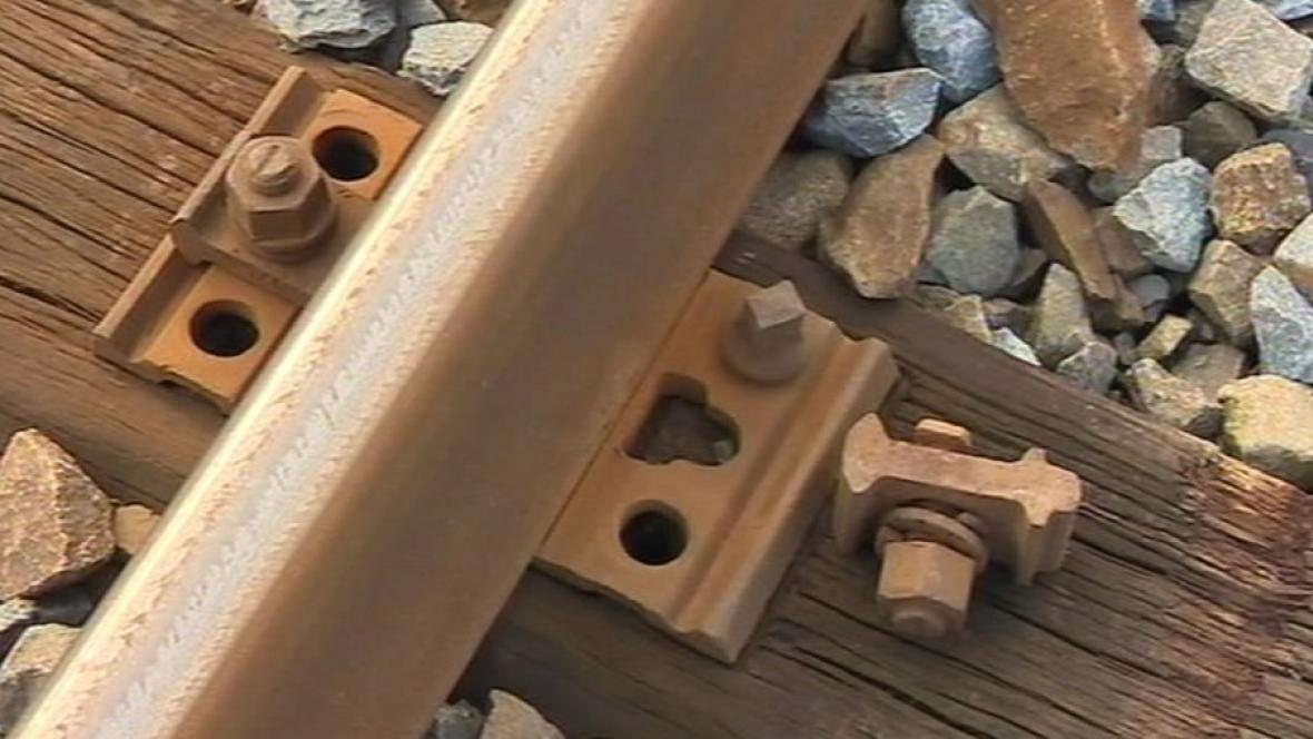 Odstraněné šrouby na železnici