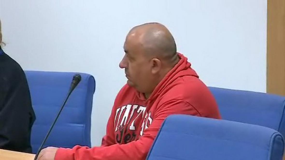 Muž obžalovaný z týrání družky a čtyř dětí