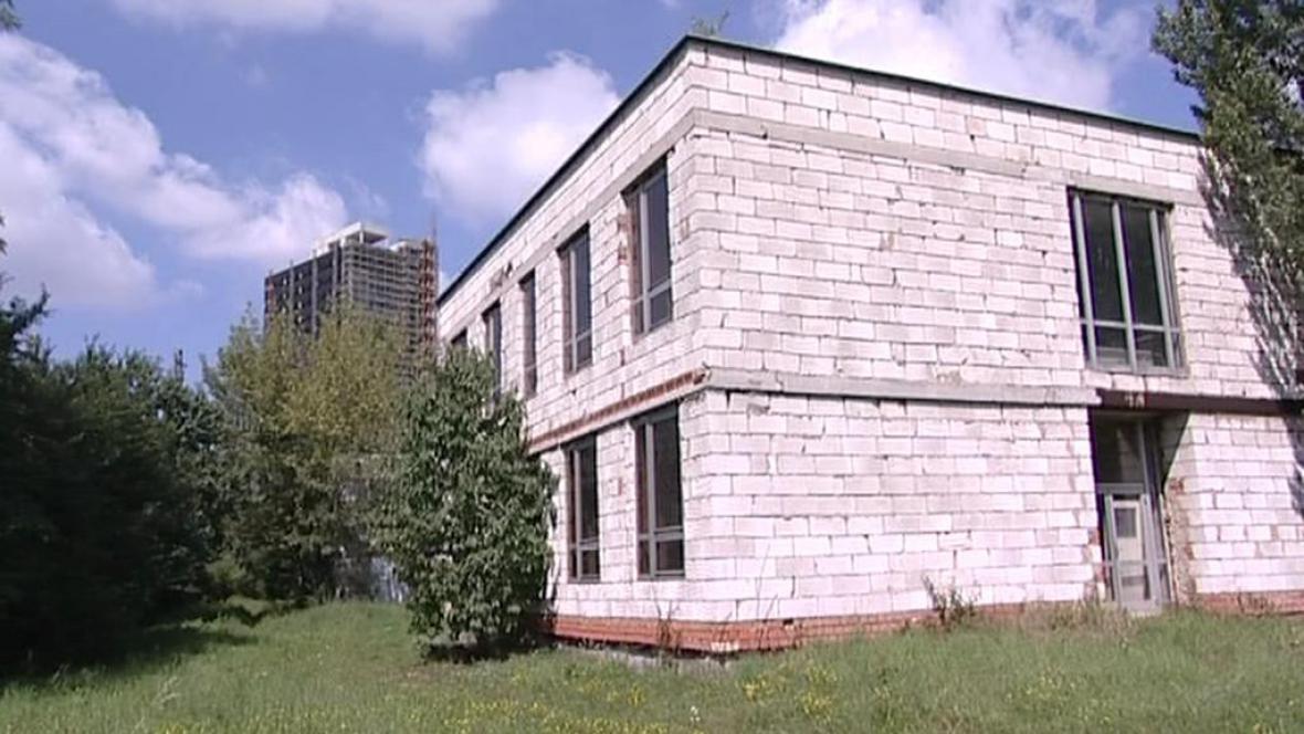Rozestavěná budova polikliniky