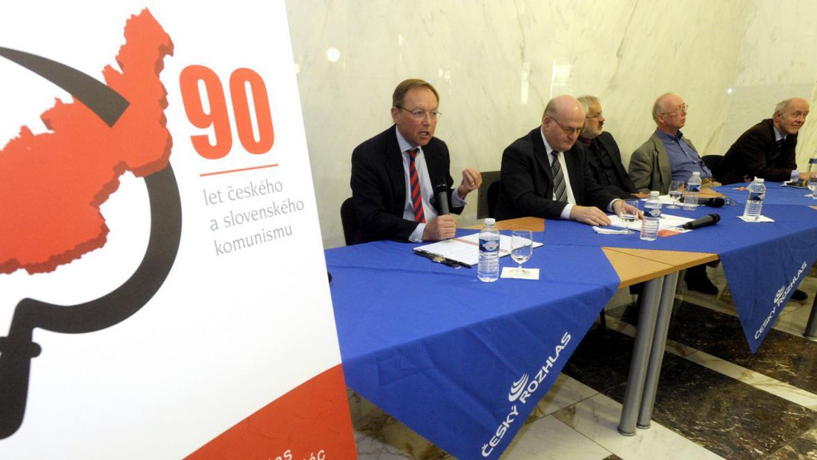 Konference mapující 90 let komunismu