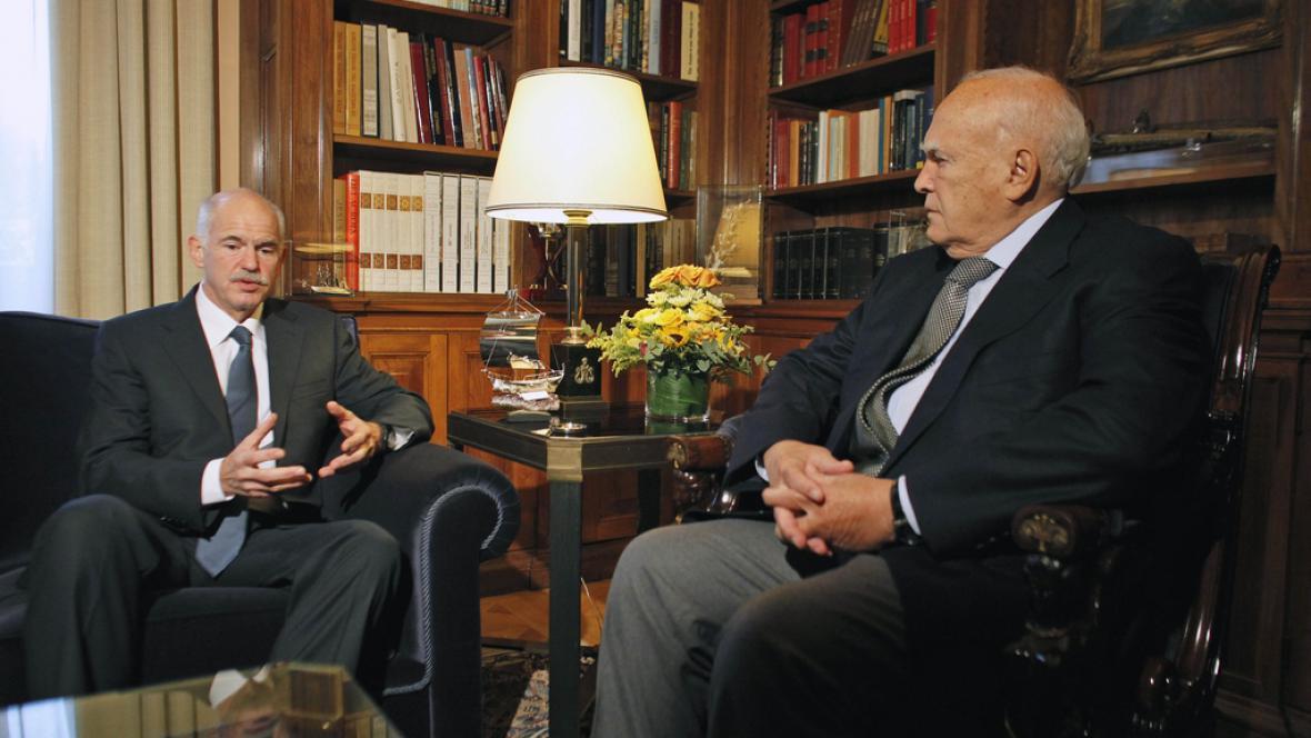 Řecký premiér Papandreou jedná s prezidentem Papouliasem