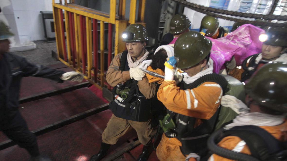 v Číně vytahuje ze zavaleného dolu živé horníky