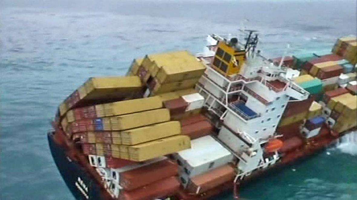 Z paluby nákladní lodi Rena padají do moře kontejnery
