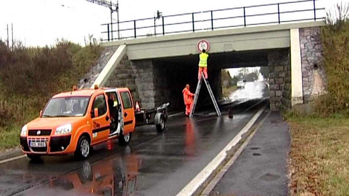 Silničáři vyměňují značení u nebezpečného viaduktu