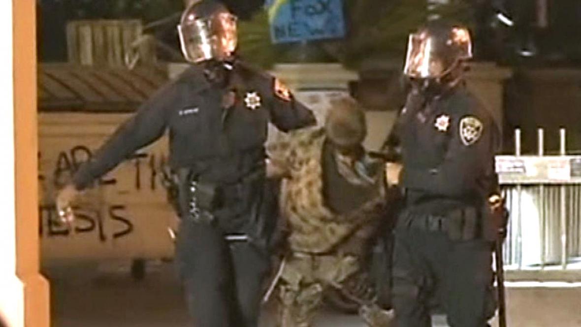 Policisté v Oaklandu zasáhli proti demonstrantům