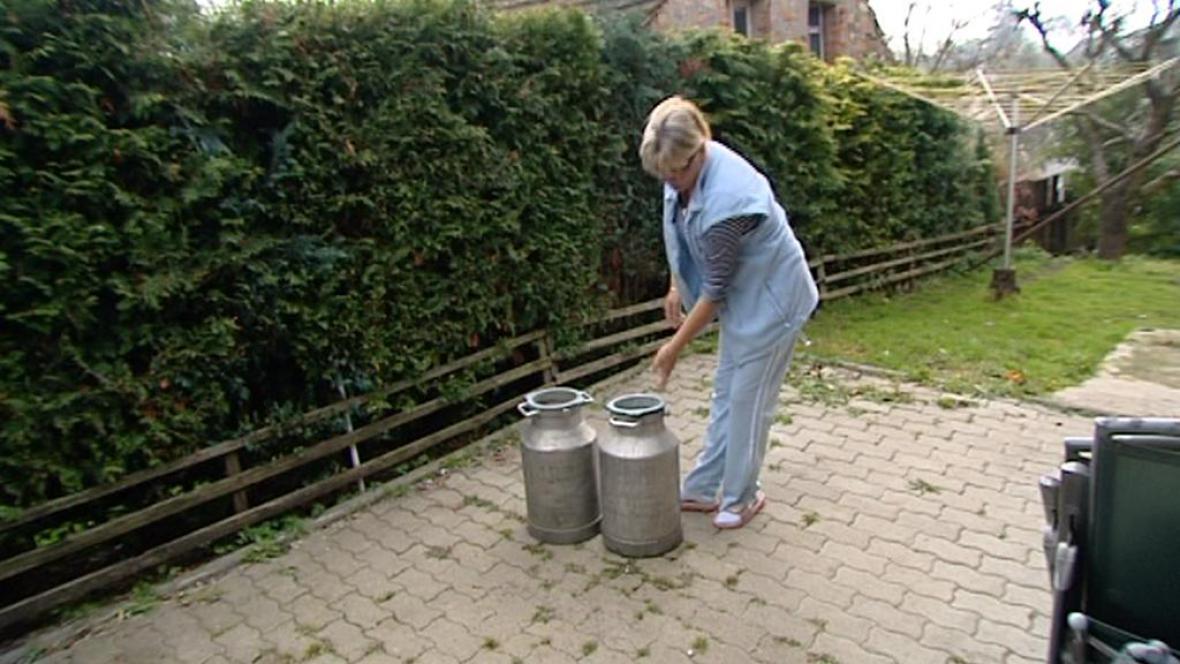 Obyvatelka Dražova s konvemi na vodu