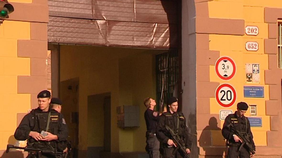 Zničená brána věznice Bory