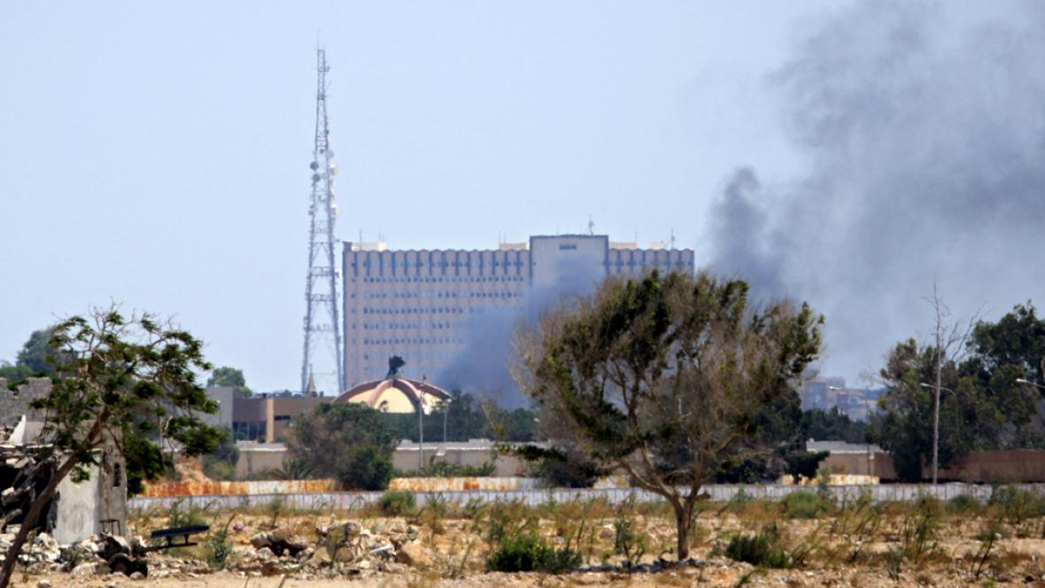 Nad Kaddáfího komplexem se vznáší dým