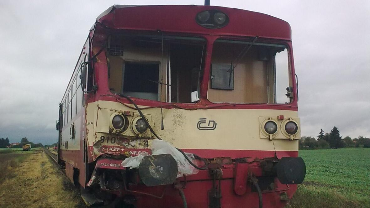 Osobní vlak po střetu s nákladním autem