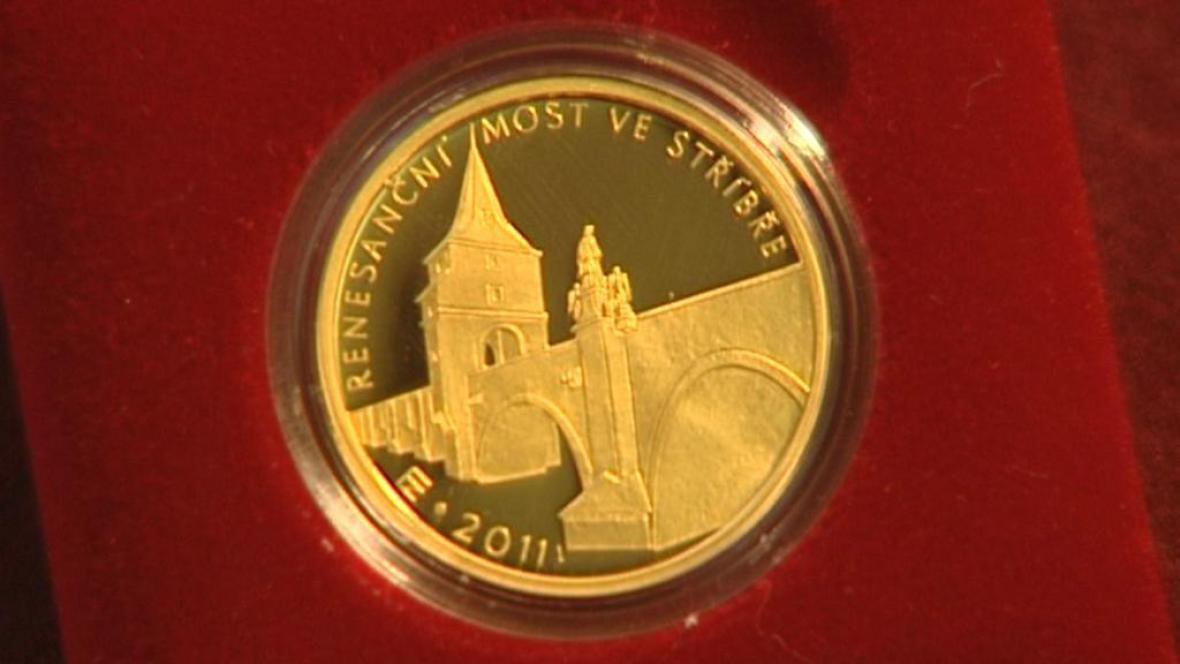 Zlatá mince s motivem mostu ve Stříbře