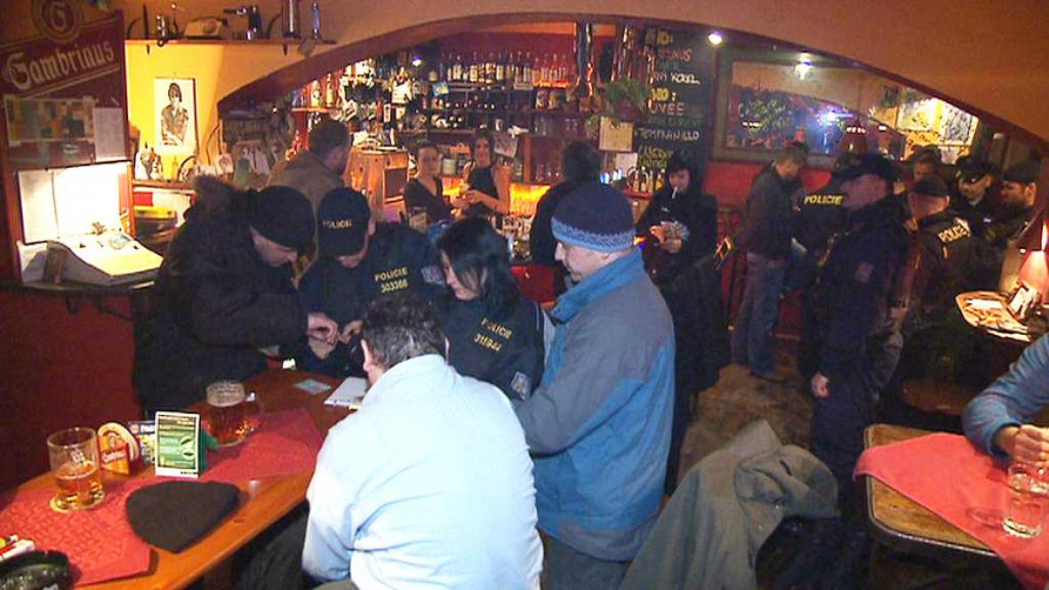 Policejní kontrola v baru