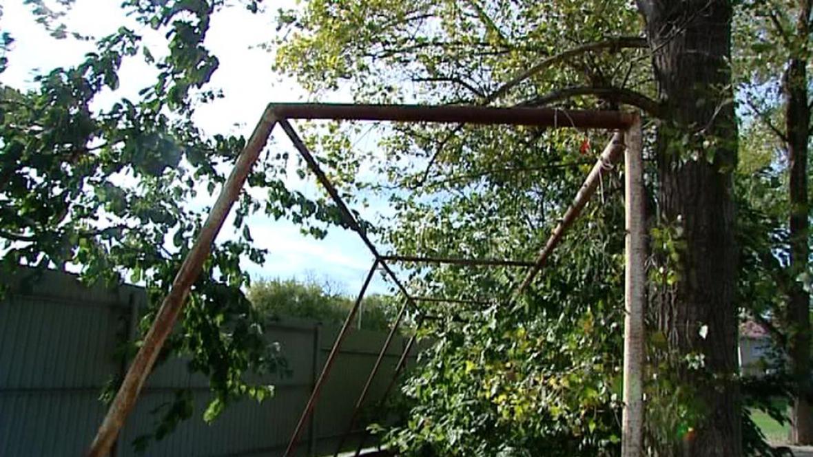 Nezajištěná branka u lubeneckého hřiště