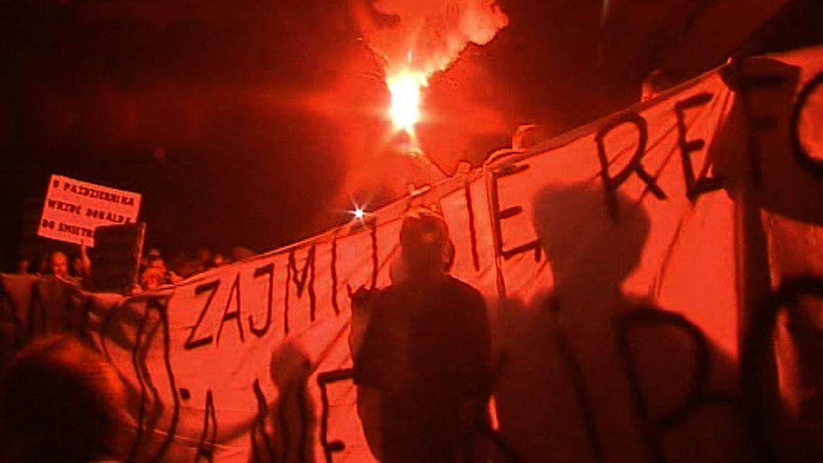 Polští fanoušci protestují proti vládě