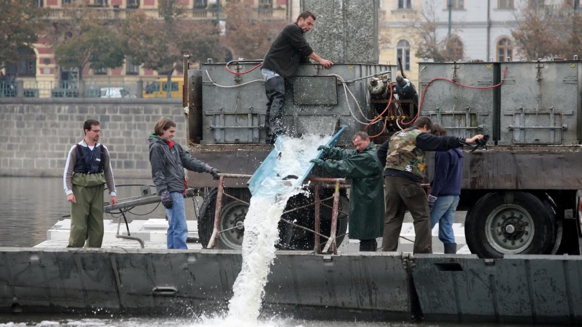 Pouštění pstruhů do Vltavy